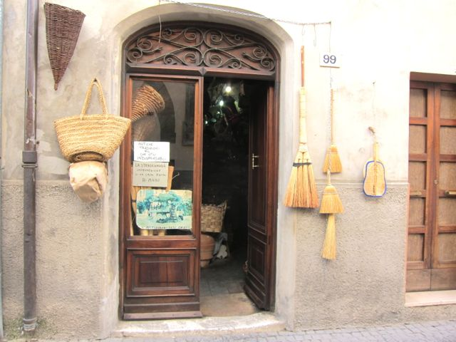 buying baskets + ceramics {bevagna}